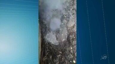 """Fio elétrico causou """"fenômeno""""na Serra de Maranguape, constata geólogo. - Fonte de água e vapor foi divulgado nas redes sociais como """"minivulcão""""."""