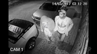 Polícia divulga imagens de roubo em Sooretama e procura criminosos - Vídeo mostra o momento em que dois homens roubam carro.