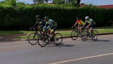 Ciclistas se reúnem para pedir segurança e respeito no trânsito - Ciclistas se reuniram para pedir segurança e respeito no trânsito, entre as sugestões, eles querem a redução da velocidade de algumas pistas.