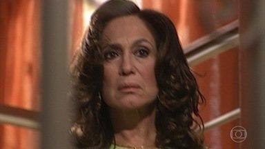 Senhora do Destino - Capítulo de quinta-feira, 30/03/2017, na íntegra - Gisela conta a Leonardo que Maria Eduarda está interessada em Viriato. Maria do Carmo questiona Reginaldo sobre morte de Leila