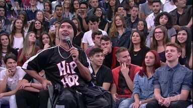 Jackson Faive se arrisca no espanhol com Dulce María - Ela brinca com os convidados do programa