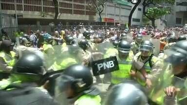 Protesto na Venezuela tem confronto entre manifestantes e polícia - Polícia bloqueou acesso de manifestantes à Assembleia Nacional.Países sul-americanos vivem dias de tensão no cenário político.