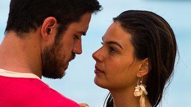 Zeca e Rita se beijam - Abel não gosta quando o filho diz que se casará com Ritinha