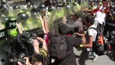 Policiais entram em confronto com manifestantes na Venezuela - A Venezuela enfrentou mais um dia de tensão. Policiais e manifestantes contrários ao governo de Nicolás Maduro entraram em confronto nas ruas de Caracas.