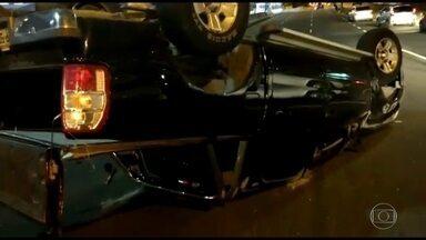 Carro capota na Avenida das Américas, na Barra da Tijuca - Uma picape capotou e bateu num outro veículo na pista sentido Zona Sul, na altura do Barra Shopping. Segundo testemunhas, uma pessoa ficou ferida.