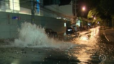 Grande vazamento de água interdita faixa de rua no Jardim Botânico - O vazamento de água interrompeu a circulação numa das faixas da Rua Pacheco Leão.