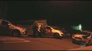 Polícia prende quadrilha especializada em roubo de caixas eletrônicos em Piracicaba - Ação da PM foi no distrito Anhumas. Houve troca de tiros e dois suspeitos morreram.