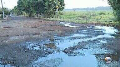 Moradores criticam situação do asfalto de avenida na zona leste de Ribeirão Preto, SP - Buracos são o alvo das reclamações na Avenida José Antônio Ferrarezi, no Parque dos Servidores.