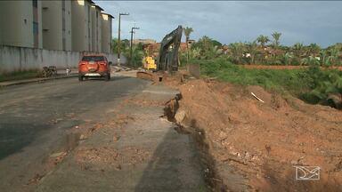 Moradores em São Luís estão preocupados com o risco de desmoronamento em área aterrada - Rua de acesso ao Residencial Piancó na Vila Embratel está cedendo devido ao mau uso e falta de manutenção nas instalações de drenagem.