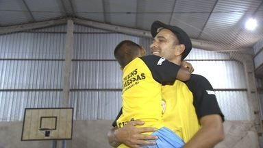 Projeto social dá novos caminhos a garotos por meio do futsal - Projeto social dá novos caminhos a garotos por meio do futsal