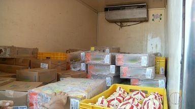 Vigilância Sanitária apreende 800 kg de alimentos impróprios para consumo na BR-101 - Apreensão aconteceu em Campos, no RJ.