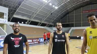 Jogadores do Vitória ensina repórteres do Globoesporte.com a jogar basquete - O time de basquete do Vitória joga contra o Campo Mourão nesta sexta (7), no Ginásio Belin Carolo.