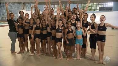 Grupo de meninas baianas treina duro para realizar o sonho de ser ginasta - Para isso, elas contam a ajuda de uma estrangeira especialista no assunto.