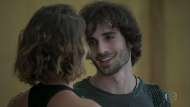 Ruy volta para o escritório e Cibele se anima - Ela implica com a nova namorada do pai