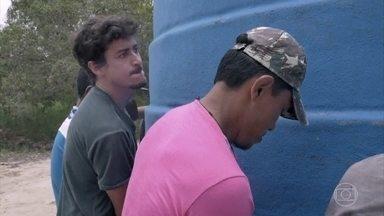 Jesuíta Barbosa ajuda a carregar caixa d'água que irá sustentar comunidade - Em trabalho conjunto com habitantes, o ator ajuda a carregar gigantesca caixa d'água