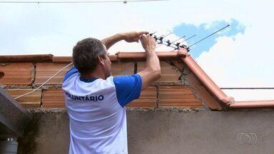 Voluntários percorrem bairros para tirar dúvidas sobre a TV Digital em Senador Canedo, GO - Patrulha Digital é composta por estudantes e técnicos que foram capacitados para ajudar a população na instalação de kits.