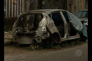Carros abandonados fazem parte do cenário de muitas ruas em Belém - Moradores da cidade denunciam que muitos desses veículos servem como esconderijo para bandidos e podem apresentar riscos à saúde, por acumular água.