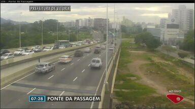 Confira as imagens do trânsito na Grande Vitória na manhã desta segunda-feira (10) - Trânsito intenso no trevo de Goiabeiras, em Vitória.