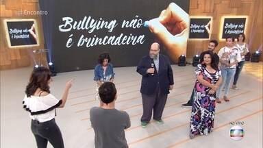 Convidados participam de jogo sobre bullying - Fabiana Karla, Gabriel Godoy, Ed Motta, o público e a plateia contam sobre os problemas que sofreram na infância e adolescência por conta do bullying