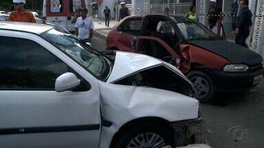 Acidente deixa três pessoas feridas na Jatiúca - Caso ocorreu na manhã desta segunda-feira (10), na Avenida Amélia Rosa.