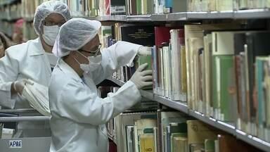 UnB desenvolve programa que profissionaliza estudantes especiais - Eles trabalham na higienização e no reparo dos bens mais preciosos de uma biblioteca.