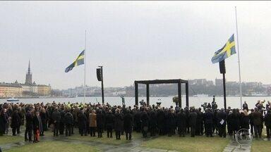 Suécia faz minuto de silêncio por vítimas de atentado em Estocolmo - Na Suécia, a homenagem às vítimas no atentado em Estocolmo foi com um minuto de silêncio.