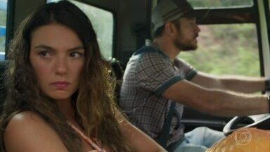 Zeca resgata Ritinha e a leva de volta a Parazinho - A jovem não se conforma com atitude do caminhoneiro