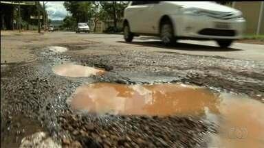 Analista em pavimentação analisa trabalho de tapa-buracos nas ruas de Anápolis, em Goiás - Motoristas reclamam da qualidade do material utilizado.
