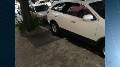 Motoristas são flagrados estacionando em locais proibidos em Goiânia - Em um dos flagrantes, condutor bloqueia rebaixamento da calçada para cadeirantes.