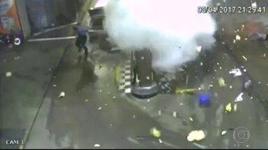 Polícia investiga causas de explosão de carro em São Gonçalo - O motorista de carro que explodiu em São Gonçalo segue internado.