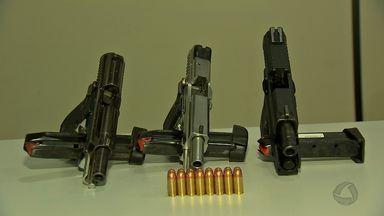 Três homens são presos com armas e munições - Três homens são presos com armas e munições.