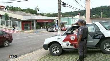 Câmeras de segurança registram assalto a agência bancária em SP - Os bandidos fugiram levando o dinheiro dos caixas e as armas dos vigilantes da agência em Itupeva.