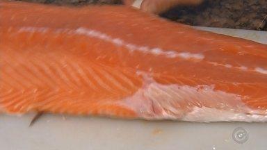 Procura por pescados aumenta na Semana Santa - O consumidor vai ter que pesquisar bastante antes de comprar peixes. Como nesse período a procura é grande, os preços subiram bastante e a procura também. Em Marília (SP), o dono de uma peixaria teve que reforçar o atendimento ao público.