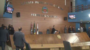 Servidores de Cubatão fazem protesto em frente à Câmara - Vereadores aprovaram projeto de alteração da Lei Orgânica em sessão fechada.