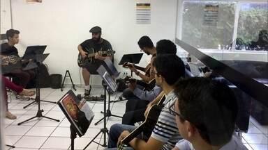 Escola de música de Brasília funciona como uma academia - Empresários lançaram uma escola de música em que o aluno paga uma mensalidade e faz aula do que quiser por dia.