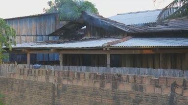 Incêndio destroi casa de madeira em Ariquemes - Suspeita é que fogo tenha começado após um vazamento de gás de cozinha.
