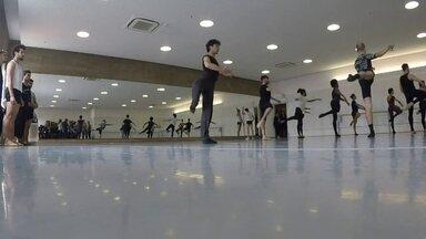 Escola de dança de São Paulo oferece aulas de balé para homens - A aula de balé é administrada pela Fundação Theatro Muncipal na hora do almoço dos alunos.