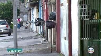 Lixo fica acumulado nas ruas de Osasco após fechamento de aterro sanitário - Lixo já está acumulando nas ruas da cidade pelo Jardim Roberto e Vila Holanda.A prefeitura não informou para onde o lixo da cidade está sendo levado.