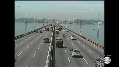 Movimento de saída do Rio para o feriado de Tiradentes é tranquilo - Na tarde desta sexta-feira (21), o tempo de travessia da Ponte Rio-Niterói é de 13 minutos. A BR-101 apresenta trânsito bom.