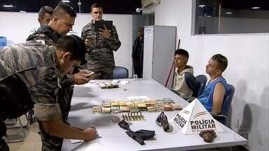 Dois irmãos são presos em Ribeirão das Neves suspeitos de porte ilegal de armas - A Polícia Militar ainda apreendeu R$ 105 mil.