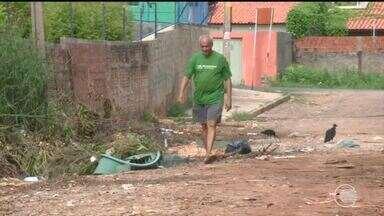 Lixo toma conta de rua no bairro Monte de Castelo e sujeira incomoda moradores - Lixo toma conta de rua no bairro Monte de Castelo e sujeira incomoda moradores