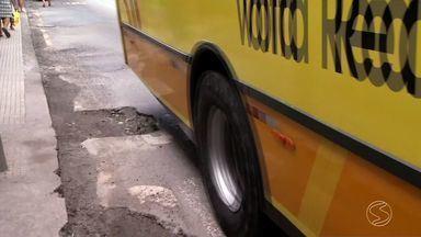 Motoristas reclamam da quantidade de buracos pelas ruas de Volta Redonda, RJ - Maioria está sem sinalização e causa prejuízo para veículos.