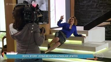 Confira os bastidores do ensaio fotográfico de Néia em 'Rock Story' - A mãe de Léo Régis posou para um book, mas teve suas fotos totalmente editadas para parecer mais jovem e bonita. O elenco na novela das sete se diverte com a história