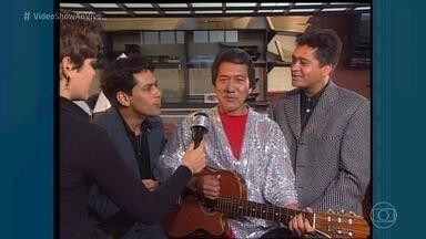 Divirta-se com Leandro e Leonardo tentando cantar em japonês - Dupla topou a brincadeira do 'Fantástico' em 1997