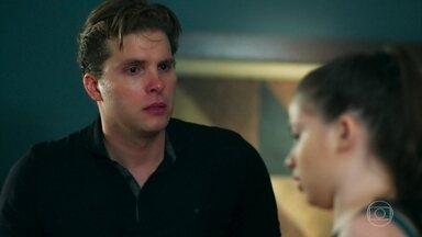 Manuela se desespera ao ver o corpo de Tita - Ela pergunta ao tio se Tita está morta