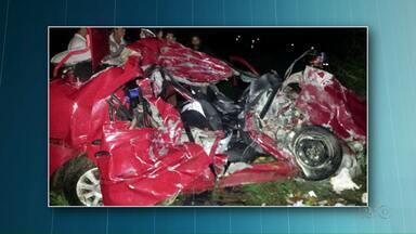 Corpos de família morta em acidente na BR-163 são levados para Chapecó - Segundo a PRF o veículo em que a família estava tentou força a ultrapassagem no fim da terceira faixa, acabou sendo fechado por um caminhão e batendo contra outro caminhão, que vinha no sentido contrário.