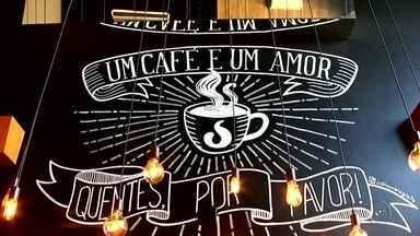 Café é reinventado, vira gourmet e número de vendas passa a crescer - O café, uma bebida que os brasileiros adoram, está sendo reinventado todos os anos. Tem o café gourmet e até o café ostentação, preparado num filtro de ouro. Confira!
