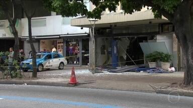 Explosão em banco deixa rastro de destruição em Ipanema - No Rio, bandidos destruíram a frente de uma agência da Caixa Econômica Federal.