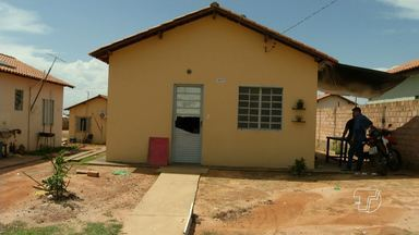 Moradores do Residencial Salvação denunciam maus tratos de PMs - Moradores afirmam que policiais estejam depredando casas no local.