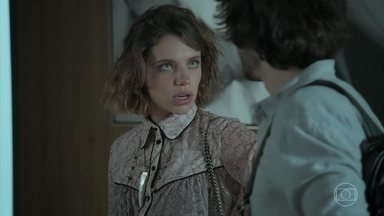 Abigail conta para Cibele sobre a visita de Edinalva - A noiva de Ruy acha graça ao pensar que se trata de uma maluca